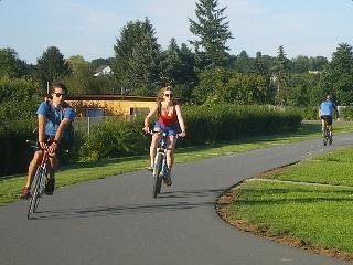 Radfahrer auf dem Lahndeich in Gießen