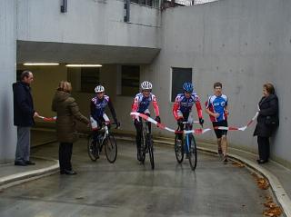 Radsportler vor Tiefgarage
