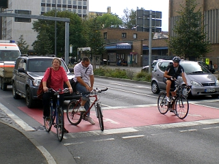 Radfahrer stehen vor Autos