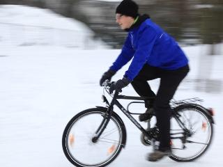 Radfahrer im Schnee