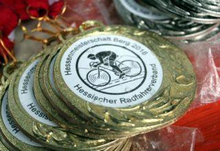 Nebelfeucht wie fast alles an diesem Tag: Die Medaillen der Hessenmeisterschaft warten auf ihre Verleihung. Foto: Stephan Dietel